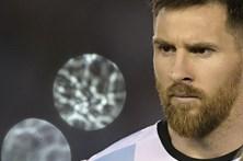 """Messi diz que insultos foram """"lançados para o ar"""" e não para o árbitro"""