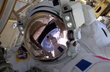 Astronautas perdem peça de revestimento da estação espacial numa saída orbital