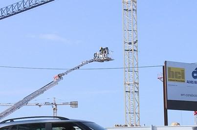 Manobrador de grua preso a 40 metros de altura