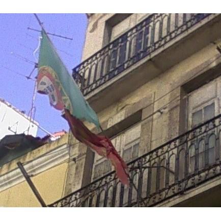 Edíficio com placa de Património do Estado tem bandeira portuguesa rasgada