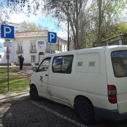 Viatura da Câmara Municipal de Lisboa estaciona em lugar de deficientes