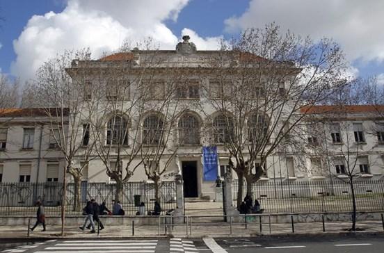 Vento levou parte do telhado do Liceu Camões, em Lisboa