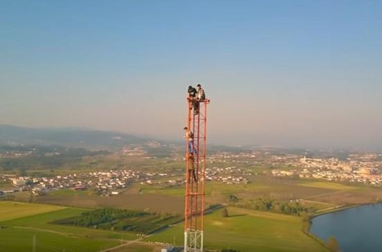 Jovens de Braga filmam escalada a torre de rádio com 120 metros