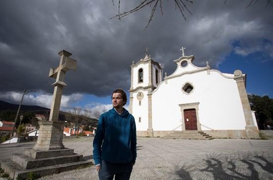 O 'anjo branco' está em guerra com a igreja