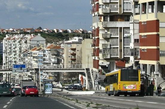 Rotura em conduta de água condiciona trânsito na calçada de Carriche