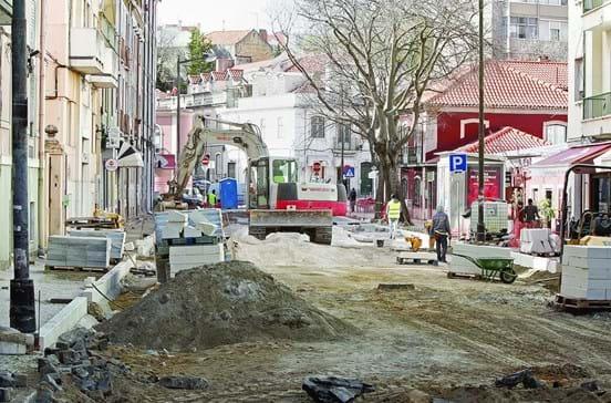 Obras em rua de Campolide deixam pilaretes encostados às casas