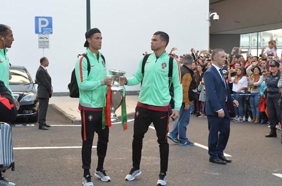 Seleção e Ronaldo recebidos em euforia na Madeira