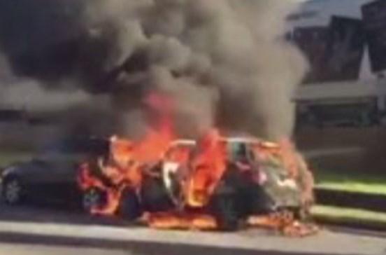 Dois carros ardem em rua do Porto
