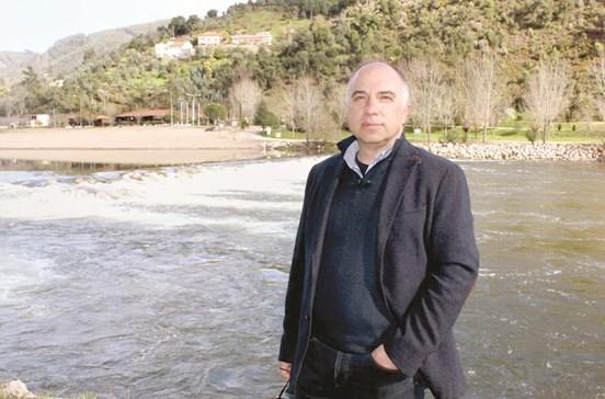 Nova ponte junto a praia fluvial no rio Mondego