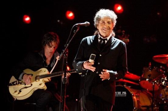 Bob Dylan recebe Prémio Nobel da Literatura três meses depois