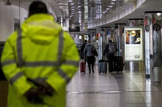 """Três seguranças feridos por """"material perigoso"""" em aeroporto de Nova Iorque"""