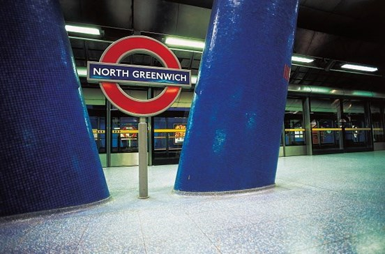 Estação de metro de Londres evacuada devido a veículo suspeito