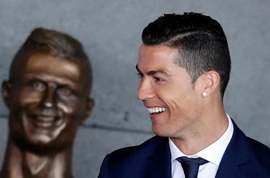 Ronaldo celebra nome no aeroporto da Madeira no jato privado