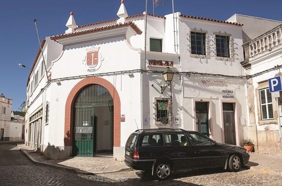 Tesoureira fica com 1600 euros para sepultura