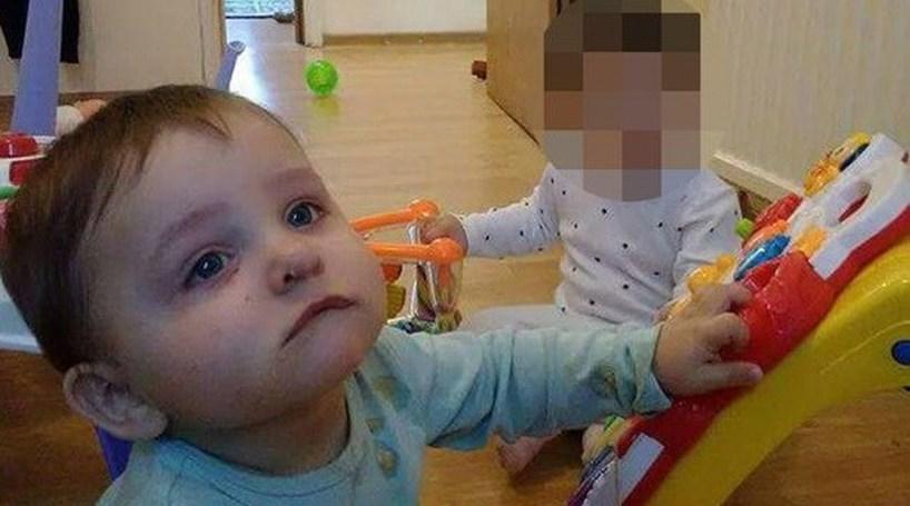 Mata filho bebé com martelo