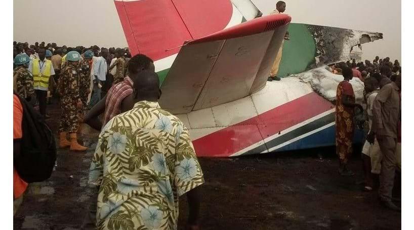 Avião despenha-se com 45 pessoas a bordo