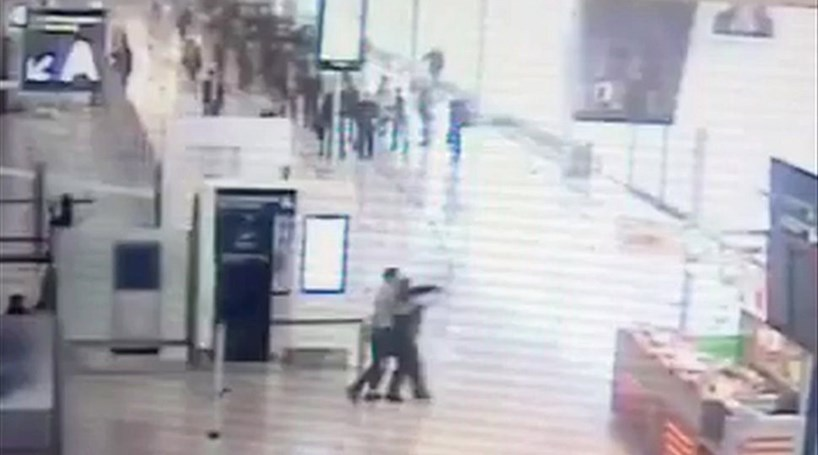 Veja imagens inéditas do ataque no aeroporto de Orly