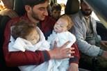 Pai mostra filhos bebés mortos com gás sarin
