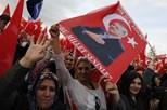 Erdogan recebido em triunfo em Ancara após vitória estreita e contestada