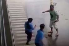 Esfaqueia ex-mulher em parque de estacionamento de supermercado
