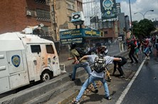 Jovem de 19 anos morre em protestos na Venezuela