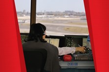 Veja a comunicação entre a aeronave e a torre de controlo