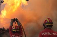 Mais de 60 bombeiros combatem chamas em Pataias