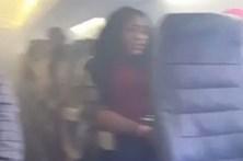 Passageiros em pânico mostram fogo no interior de avião