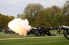 Aniversário de Isabel II celebrado com dezenas de tiros de canhão