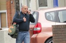 Detido depois de sair de carro nu para urinar