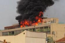 Incêndio aparatoso em Madrid lança densa coluna de fumo