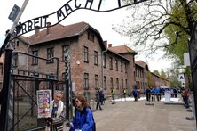 Adolescentes portugueses condenados por gravarem nome no portão de Auschwitz