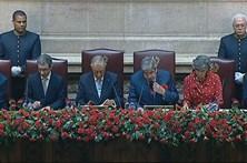 Marcelo inaugura sessão solene do 25 de abril de cravo na mão