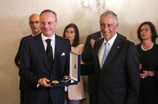 """Marcelo condecora """"com emoção"""" Sá Carneiro e Ferreira Gomes"""