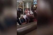 Dezenas de jovens envolveram-se em confrontos num centro comercial