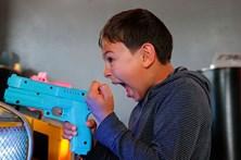 Tenta enganar os pais para jogar videojogos