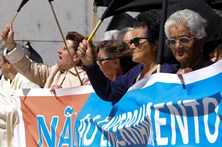 Autarcas e populares protestam em Lisboa contra fecho dos balcões da CGD