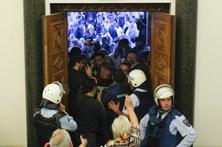 Invasão do Parlamento na Macedónia termina em violência