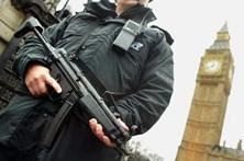 Polícia britânica dispara sobre mulher suspeita em operação antiterrorismo
