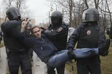 Mais de 100 detidos em protesto contra Putin em São Petersburgo