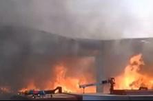 Três bombeiros feridos em incêndio em fábrica no Seixal