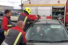 Bebé trancou-se no carro e sorriu durante o salvamento