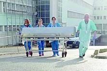 Cadáveres de hospital levados pela rua