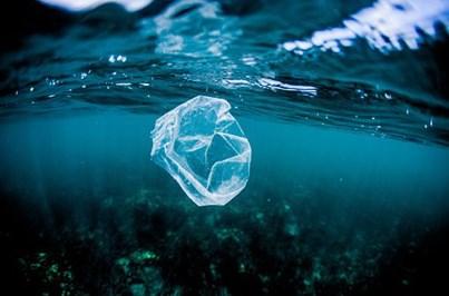 Tecnologia transforma em combustível plástico que polui os oceanos