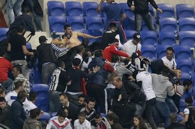 Violência entre adeptos atrasa início do Lyon-Besiktas