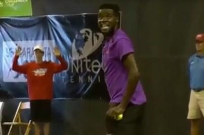 Sexo interrompe jogo de ténis