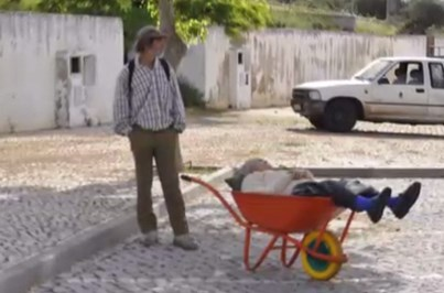 Idosa transportada pelo marido num carrinho de mão foi hospitalizada