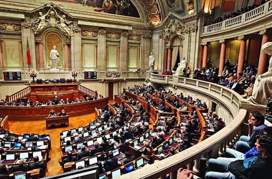 Parlamento aprova lei para administrações do Estado mais paritárias