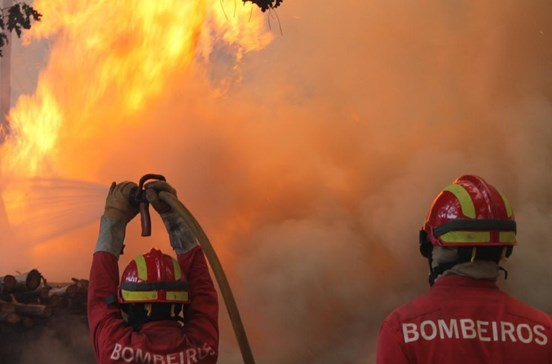 Mais de 300 operacionais combatem 36 fogos no país
