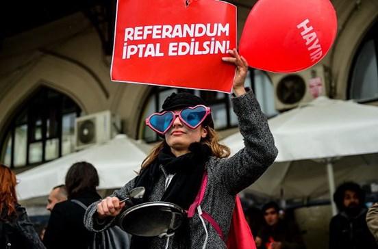 Turcos contra referendo que deu mais poder a Erdogan